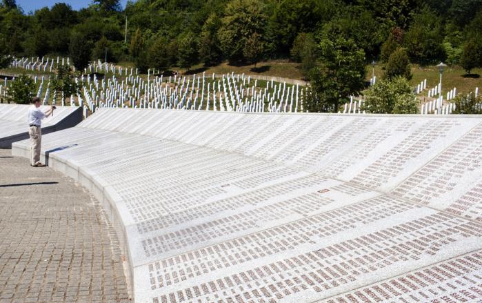 Krigsturist. Den tyske advokat Klaus Gerber videofilmer Srebrenica Genocide Memorial. En mindepark, hvor der foreløbig er begravet 6.066 ofre for serbiske ekstremisters massakre på omkring 8.000 bosniske mænd og drenge i sommeren 1995.