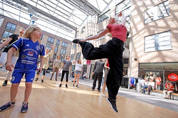 Dans handler om at have lyst til at bevæge sig. Og Dansens Dag bringer dansen ud i byrummet. Her er springglæden vist nået til Valby.