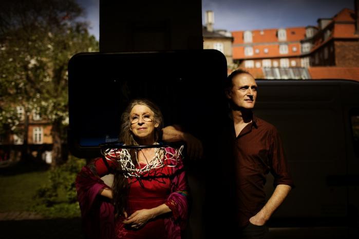 Anne Marie Helger og Peter Larsen kalder sig selv for 'samvittighedskunstnere'. 'Hvis man er optaget af, hvordan vi indretter os, og hvordan vi som mennesker skal bestå, så vil det automatisk smitte af på det teater, man laver,' forklarer Peter Larsen.