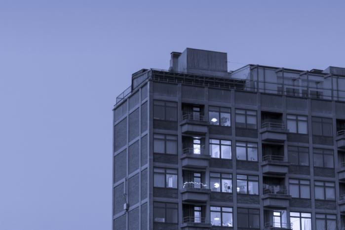 At gå ind i Nanna Debois Buhls værker er som at vandre i en lang, blå nat.