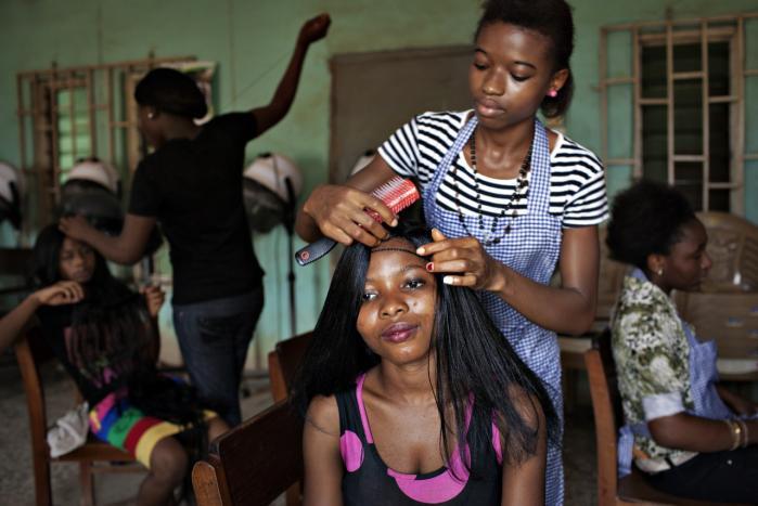 I hjemlandet vil den hjemsendte blive taget imod af en ngo, der hjælper kvinden med reintegration og med at starte en selvforsørgende aktivitet som for eksempel en frisørforretning.