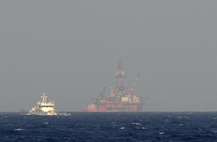 Kinas beslutning om at sende en 40 etager høj borerig ind i et havområde, som både Kina og Vietnam gør krav på, har fået en allerede eksisterende territorialstrid til at eskalere.