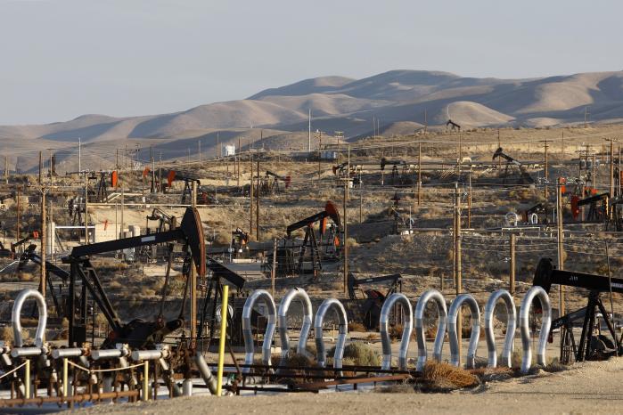 USA øger i disse år markant sin produktion af olie og gas i kraft af den såkaldte 'fracking'-teknik, der har gjort det lønsomt for olieselskaberne at udnytte reserverne af svært tilgængelig skiferolie og -gas. Metoden er stærkt kontroversiel, fordi den indebærer et stort forbrug af vand, kemikalier og energi samt øget CO2-udledning og risiko for grundvandsforurening