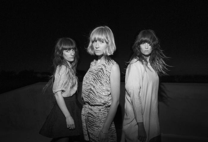 Giana Factory–  Louise Foo, Lisbet Fritze og Sofie Johanne –   giver en sangbar mystik båret af stramt tøjlede, lavmælte vokalharmonier på 'Lemon Moon'.