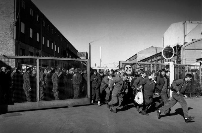 Fri. Historien om det moderne Danmark er historien om frigørelse fra pligtarbejde og arbejdstvang, om at blive herre over sit eget arbejde. Her er det B&W-arbejdere, der sidst i 1960'erne holder fyraften.