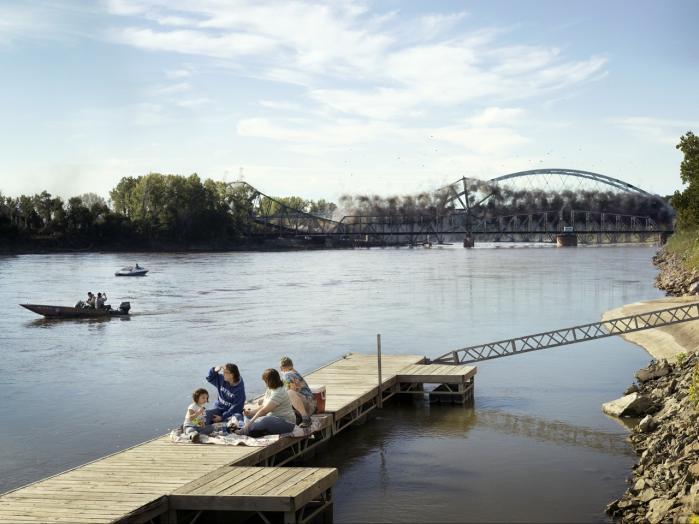 Sprængningen af Amelia Earhart Bridge i Kansas er central i udstillingen. Funch gentager motivet i forskellige variationer, fra nærbilleder til droneblik og portrætter af mennesker, der forsætter deres gøremål, mens broen nedbrydes i baggrunden