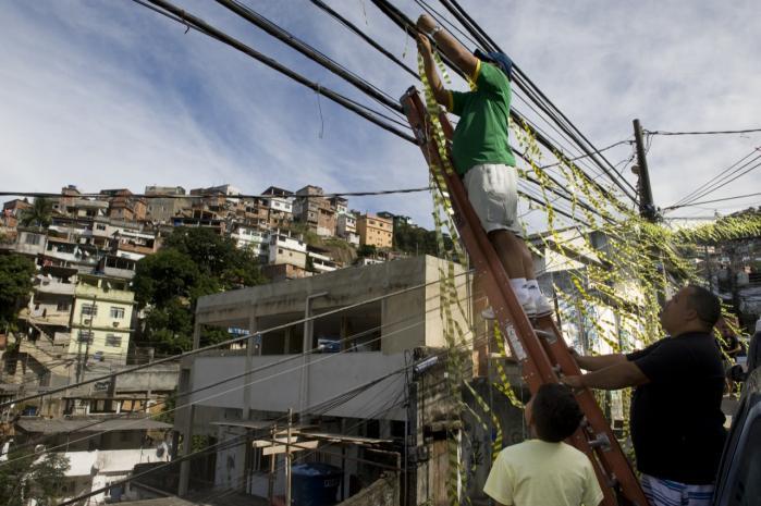 Lokale beboere forbereder sig på VM, der i den kommende tid afvikles i Rio de Janeiro. Store dele af værelserne i Vidigal-favelaen udlejes til priser, der for få år siden ville have fået bydelens traditionelt fattige indbyggere til at tabe både øjne og mund.