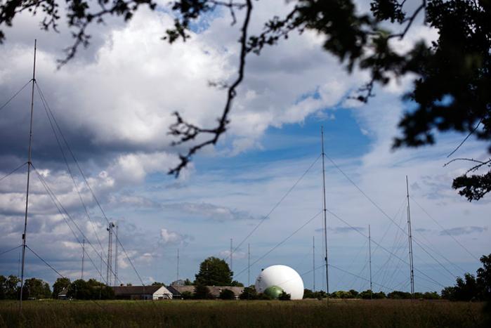 Ifølge dokumenter om RAMPART-A-programmet arbejder mange af NSA's partnerlande med data fra fiberkabler under dække af satellit-operationer, som alligevel er tydelige i landskabet. I Danmark har FE blandt andet satellitoperationer på Amagers sydspids, Aflandshage