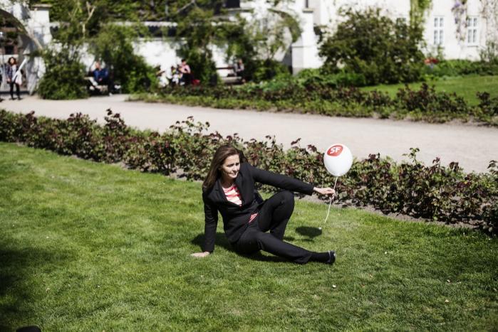 SF's nye formand, Pia Olsen Dyhr, har siden SF trak sig ud af regeringen den 30. januar forsøgt at skærpe profilen. Men eksperter mener, at når partiet har erklæret, at de ønsker at komme i regering igen, vil det ikke kunne give SF ret stor mulighed for at markere sig mere selvstændigt.