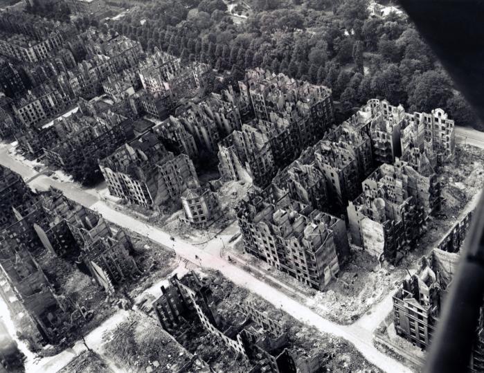 Et luftfoto af et hjørne af et totalt udbrændt Hamburg efter RAF's massive bombardement i juli 1943.   Arkiv