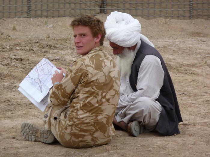 'Vi førte krig mod de samme mennesker, som vi var i Helmand for at beskytte,' siger Mike Martin (tv.), der arbejdede som kaptajn, sprogofficer og rådgiver for fire britiske generaler i Helmand.