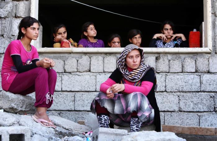 Yazidier er blevet fordrevet fra byen Sinjar i det nordlige Irak af Islamisk Stat.   Titusindvis af byens indbyggere er flygtet op i de nærliggende bjerge.