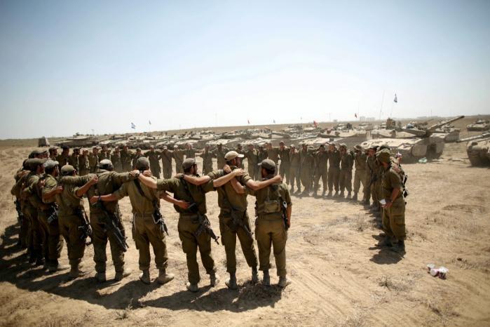 Fællesskab. Israelske soldater synger i fællesskab nær grænsen til Gaza. Den jødiske filosof Judith Butler forsøger i sin bog 'Parting Ways' at vise, »at en jødisk kritik af den israelske statsvold i det mindste er mulig og måske endda fra et etisk synspunkt en pligt«.