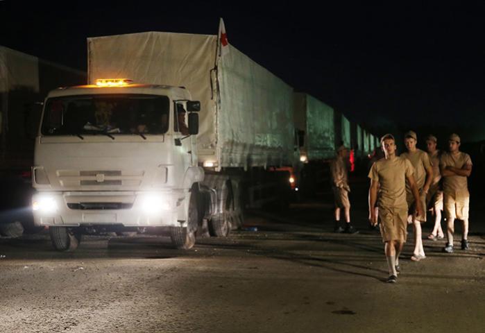 En brøkdel af de 280 lastbiler, der var på vej fra Moskva i går med nødhjælp til de krigshærgede områder i Ukraine. Ukraine kræver, at bilerne omlastes til Røde Kors, så man ikke risikerer, at konvojen er en trojansk hest med russiske styrker i stedet for mælk, tæpper og vand