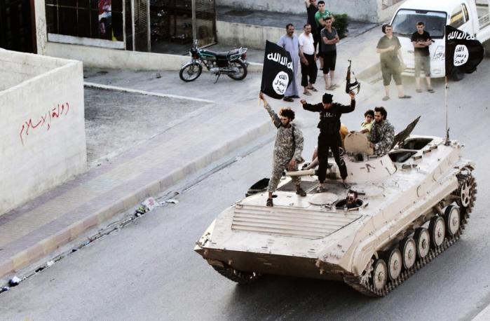 Kontrol. Stort set alle offentliggjorte billeder af IS er på den ene eller anden vis godkendt af dem selv. Her ses de militante islamister i paradekørsel gennem Raqqa-provinsen i Syrien tidligere på sommeren. På Facebook er der blevet oprettet grupper med videoklip af IS-terrorister, der foretager massehenrettelser af shiamuslimer, hvorefter soldaterne sparker til ligene.