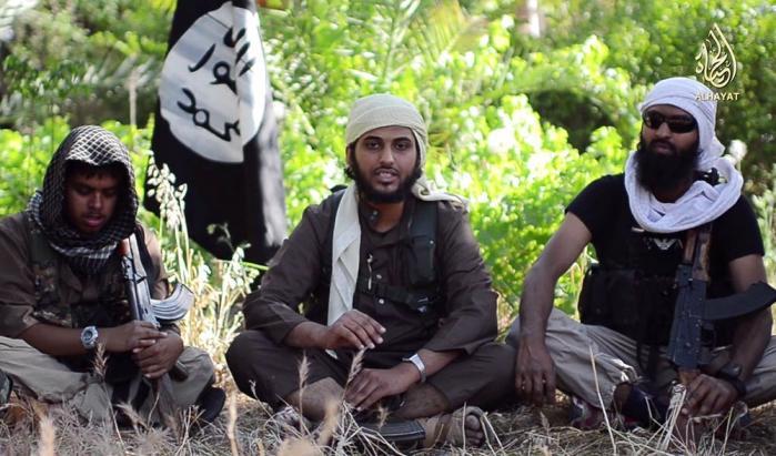 Mindst 100 danskere er ifølge PET rejst til Irak og Syrien for at slutte sig til Islamisk Stat. Det er oftest mænd, som føler sig marginaliserede i det normale samfund og derfor søger ind i etniske, religiøse eller politiske grupper, som de knytter deres identitet meget stærkt til, siger forskeren David Malet. På billedet ses tre britiske syrien-krigere, som angiveligt har tilsluttet sig IS. Billedet stammer fra en rekrutteringsvideo, som er udsendt på Youtube