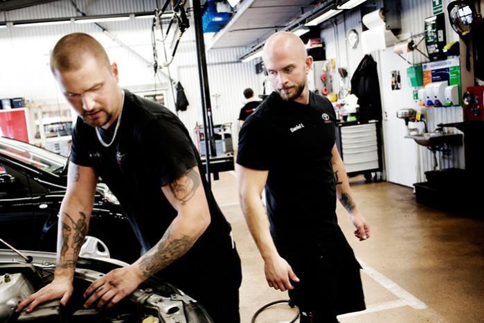26-årige Daniel Larsson (th.) hørte om Toyota Center Göteborg – værkstedet hvor man kun arbejder 30 timer om ugen – på teknisk skole, og tænkte 'dér vil jeg arbejde'. Nu har han været her i otte år. Man har meget mere energi både på arbejdet og i fritiden, siger han