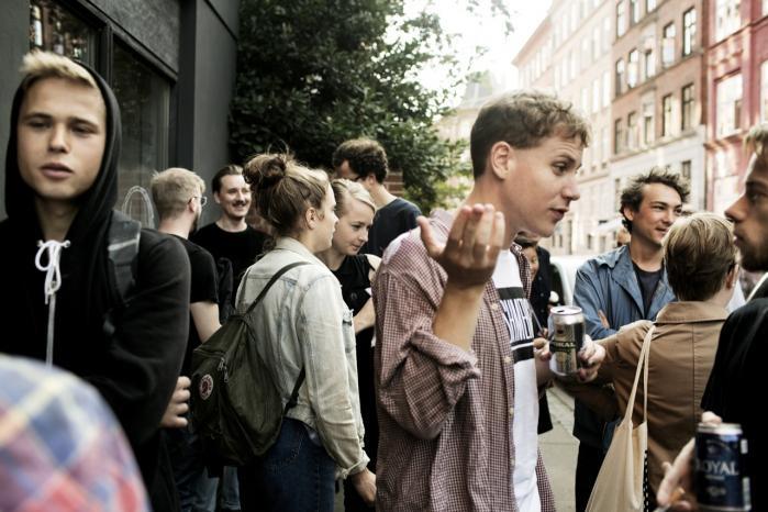 Det norske forlag AFV Press holder fest i Møllegades Boghandel på Nørrebro i København og præsenterer udgivelser af blandt andet danske Victor Boy Lindholm (forrest t.v.) og svenske Elis Burrau (forrest t.h.).