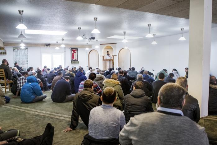 Fredagsbøn i Moskéen på Grimhøjvej i Århus. Forud for morgendagens demonstration mod den radikale islamistiske gruppe IS har det været vanskeligt for arrangørerne at få støtte fra byens imamer. 'Vi blander os ikke i politik,' lyder deres forklaring.