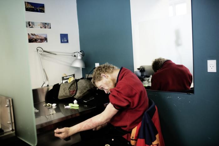 47-årige Krølle fra Midtfyn har været stofbruger siden sin ungdom. Han kommer jævnligt i Vesterbros fixerum, og han har selv overlevet en overdosis, fordi han fixede under ordnede forhold og tilsyn.