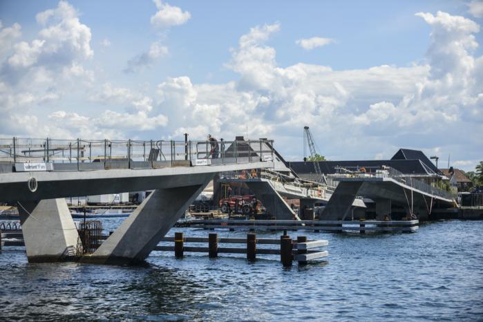 Den 180 meter lange Inderhavnsbroen, der skal forbinde Nyhavn til Christianshavn, har været ramt af en del problemer, primært fordi København har givet opgaven til et entreprenørselskab, som var meget billigere end alle andre. Det afspejler sig nu i den manglende kvalitet