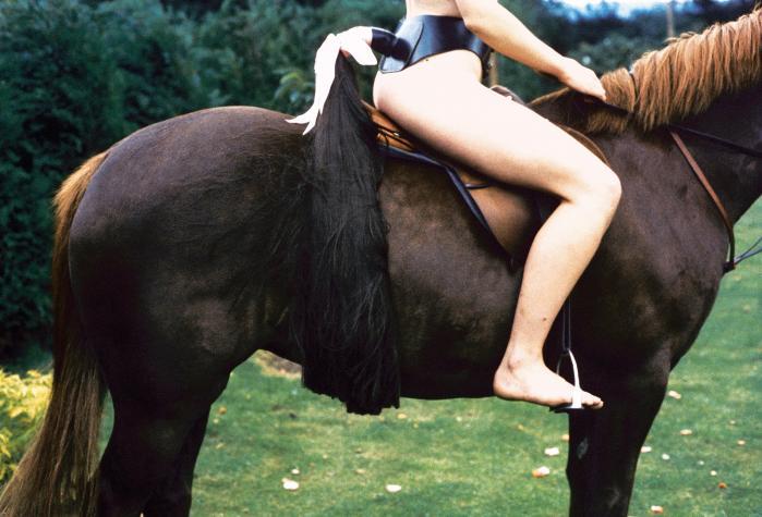 Rose English: 'Rose on Horseback with Tail' (1974). Foto: Richard Saltoun/Karsten Schubert