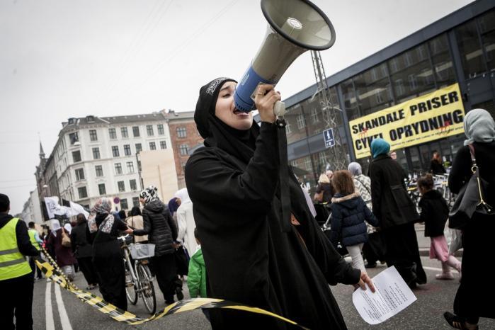 En kvinde råber forsamlingen op ved et Eid-arrangement arrangeret af Hizb ut-Tahrir. De ekstremistiske grupper er dygtige til at få medietid, selv om de kun er få og ikke repræsenterer flertallet.