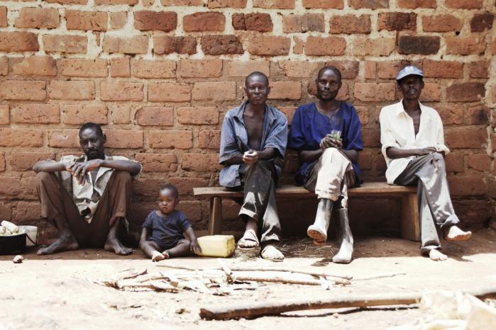 Indbyggerne i Hornsleths landsby i Uganda var glade for at få grise, men de havde ingen erfaring med dyrehold, så mange af grisene døde. Nu otte år efter er en dyrlæge blandt dem uddannet, og de ejer et kæmpe dyrehold. Men regeringen forbød dem at hedde Hornsleth.