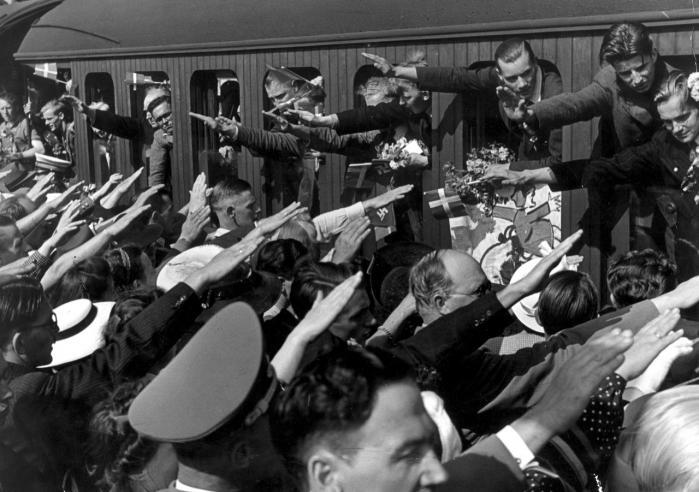 Frikorps. Frikorps Danmark på vej til Østfronten for at kæmpe mod Den Røde Hær. For mange opgaven til fortrinsvis at bestå i drab på civile og deltagelse i jødeudryddelserne.