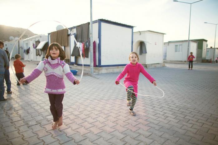 I den tyrkiske lejr Nizip-2 for 5.000 syrere er forholdene bedre end i de fleste andre lejre. 'En flygtningelejr er aldrig noget, man laver permanent. Der er ingen myndigheder i verden, der vil acceptere lejre med en standard, hvor folk ønsker at blive,' siger Arne Vågen i Dansk Røde Kors.