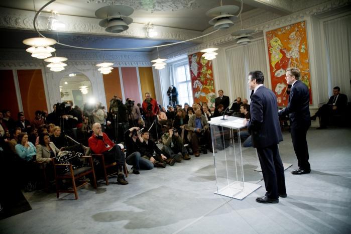Daværende statsminister, Anders Fogh Rasmussen, og daværende udenrigsminister, Per Stig Møller, orienterer i 2007 pressen om planerne for tilbagetrækningen fra Irak. I 2003 måtte Udenrigsministeriets embedsmænd ifølge ny bog bøje juraen, for at Danmark kunne deltage i Irakkrigen.