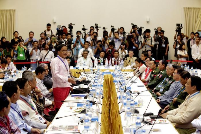 Antallet af dødsfald som følge af krige er faldet, bl.a. fordi der er skabt bedre muligheder for at løse konflikter på nationalt og overstatsligt plan. Her f.eks. fredsforhandlinger mellem regeringen og etniske mindretal i Myanmar.
