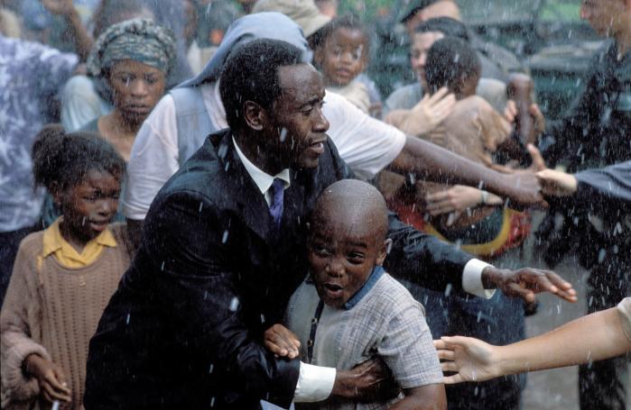 Hvor den Oscarnominerede 'Hotel Rwanda'splot drives frem af en heroisk mands kamp og derfor har svært ved at formidle folkedrabets nuancer, er det svært at tage blikket fra rekonstruktionen af massakre i 'The Act of Killing'