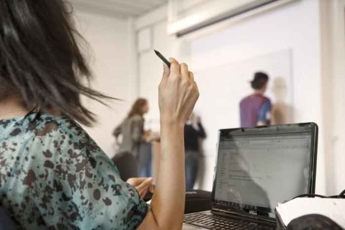 'At kunne bruge sin iPhone til at finde en video er ikke det samme som at være en kompetent IT-bruger,' siger Jeppe Bundsgaard, ph.d og lektor i kommunikative kompetencer ved Institut for Uddannelse og Pædagogik og medforfatter til bogen 'Digitale Kompetencer', som kortlægger resultaterne af en stor international undersøgelse af blandt andre 1.800 danske 8. klasseelevers IT-kompetencer.