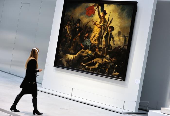 Eugène Delacroix' ikoniske maleri fra junirevolutionen i Frankrig i 1830 'Friheden fører folket på barrikaderne' pryder bogens forside. Kritik af det republikanske frihedsbegreb har den ikke plads til.
