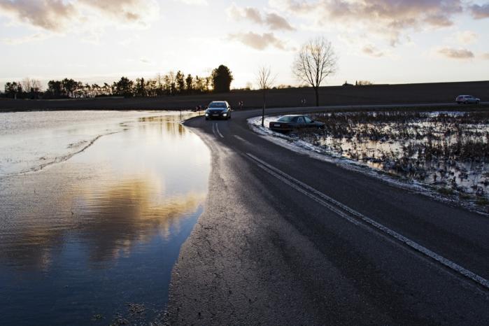 Vandstanden i Roskilde Fjord steg med godt to meter i forbindelse med stormen Bodil i december sidste år. Var vandstigningen nået op i 300 centimeters højde, ville fjordvandet være kommet i fysisk kontakt med blandt andet  ca. 1.300 af de ældste tromler med radioaktivt driftaffald i den såkaldte Lagerhal for lavaktivt affald. Arkiv