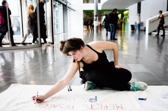 Demonstrationer og universitetsblokader kan ifølge billedkunstneren Jakob Jakobsen udvikle sig til en mere kritisk diskussion af, hvad vi skal bruge universitetet til, og hvordan vi skal bruge vores viden og kapaciteter som højtuddannede.