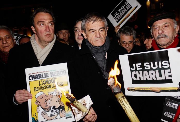 Når heteroseksuelle tegnere gør grin med homoseksualitet, bliver det aldrig satire for mig som bøsse. Og jeg tvivler på, at det bliver satire for ikkehvide minoriteter, når hvide, mandlige franske tegnere underholder med racistiske stereotyper af muslimer som her på forsiden af Charlie Hebdo.