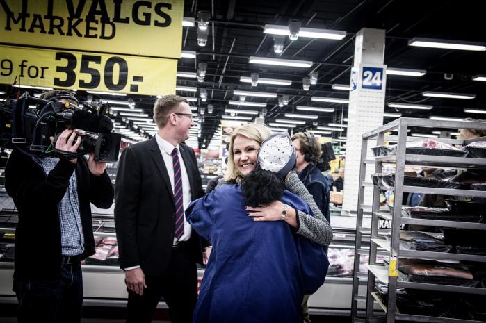 Hvorfor skulle vi stemme på såkaldte arbejderpartier, der ikke kan se problemet i, at lavtlønnede ingen økonomisk gevinst har ved at tage på arbejde, spørger kronikøren. Helle Thorning-Schmidt besøgte Bilka i Ishøj sidste mandag og talte og krammede butikspersonalet.
