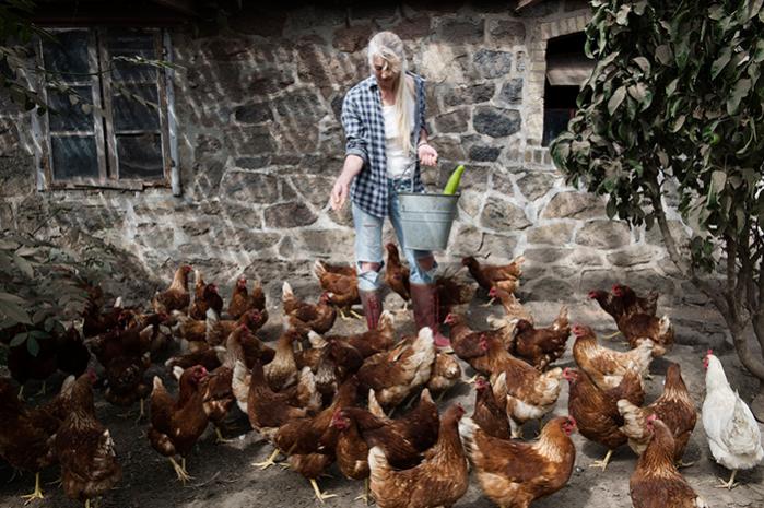 I dag har Lone Vitus omlagt sin gård til naturejendom. Flere af beslutningerne har givet problemer, som endnu ikke har fundet en løsning, men hun vil ikke producere, så det skader dyr og miljø, skriver hun i sin bog