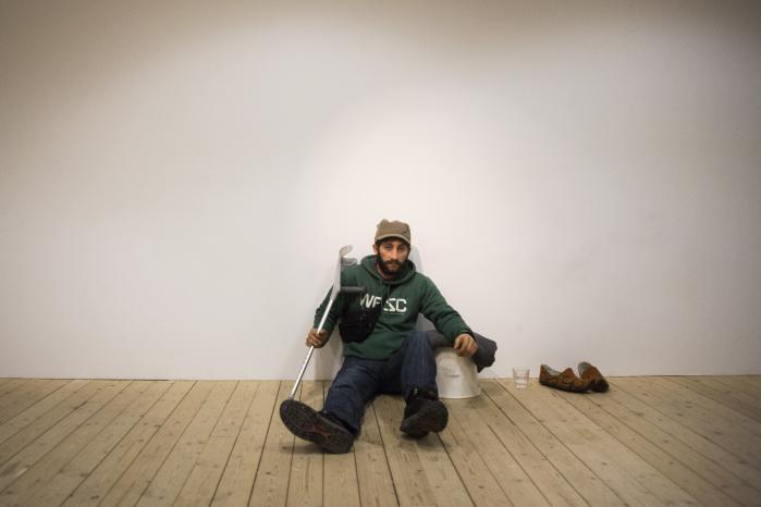 Lacatus Luca Ion tjener 140 svenske kroner i timen som kunstværk i Malmö Konsthall. For pengene kan han bygge et fundament til et hus i Rumænien. 'Når vi har et hus igen, kan jeg få forældremyndigheden til mine to børn tilbage,' siger han