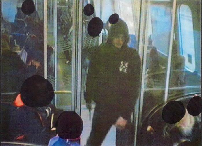 Politiets overvågningsbilleder viser Omar Abdel Hamid el-Hussein under et knivoverfald på en mand i S-toget. Den senere dom for denne gerning kaster nyt lys over gerningsmanden for attentaterne i weekenden.