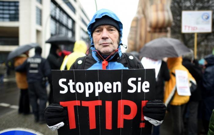 Særligt i Tyskland er den folkelige modstand mod TTIP og særligt den såkaldte ISDS-ordning vokset det seneste år. Her demonstreres foran de tyske socialdemokraters hovedkvarter i Berlin. Socialdemokraterne i Europa-Parlamentet har i højere grad blæst til kamp mod ISDS end de nationale socialdemokrater i både Tyskland og Danmark.