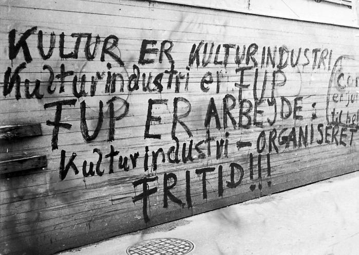 For at udfordre nutidens kunst – og dens rolle som kapitalismens medløber – har kunsthistoriker Mikkel Bolt og kunstner Jakob Jakobsen samlet tekster fra den Situationistiske Internationale i Skandinavien