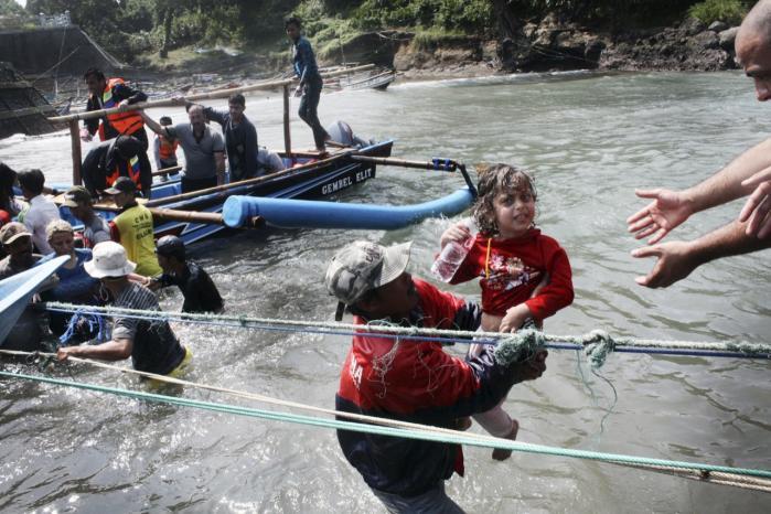 En dreng bliver reddet, men tre dør og omkring 40 personer savnes, efter at en båd med asylansøgere på vej mod Australien forulykkede i 2013 .