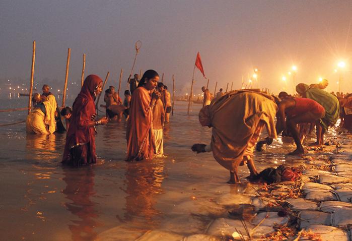 Hinduister i Allahabad i Indien, hvor de tre floder Ganges, Yamuna og den mytiske Saraswati mødes. Ifølge filologen Jens-André P. Herbener har vi elementært brug for en genkomst af gamle religioner, der udskifter antropocentrisme med økocentrisme, og som ikke erklærer naturen død