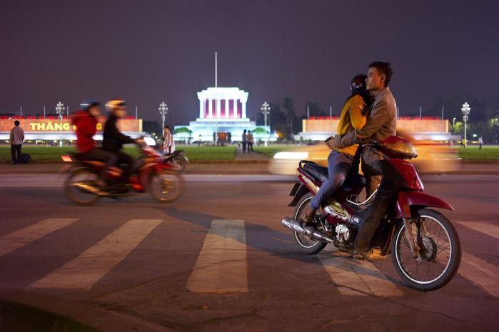 Kommunismen i Vietnam er musealiseret og glitrende, som Ho Chi Minhs balsamerede krop i mausoleet på Ba Dinh Pladsen i Hanoi.