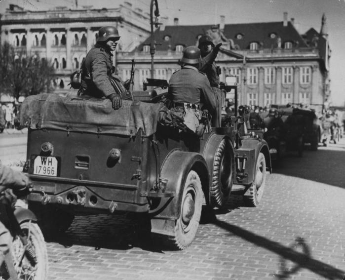 Tyske soldater på Kongens Nytorv den 9. april 1940, da nazisterne indledte deres besættelse under navnet 'Operation Weserübung-Süd'. Danske politikere forsøgte med en svær balanceakt at begrænse krigens grumme følger mest muligt med samarbejdspolitikken. Arkivfoto