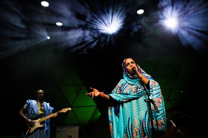 Noura Mint Seylami var et buklende rytmisk lokomotiv mod en højere væren og en dybere tilgivelsepå Gloria-scenen onsdag aften.