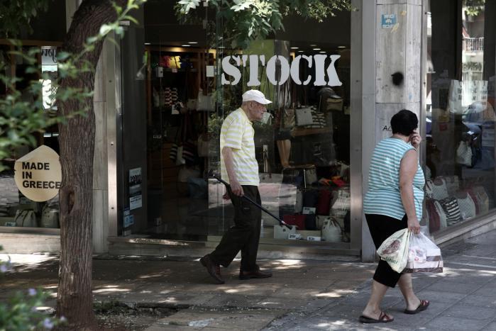 Forargelsen er stor, efter at det står klart, at Grækenland må afgive finanspolitisk suverænitet til gengæld for en ny hjælpepakke. For den almindelige græker, ser det ud til at den står på økonomisk smalkost et stykke tid endnu